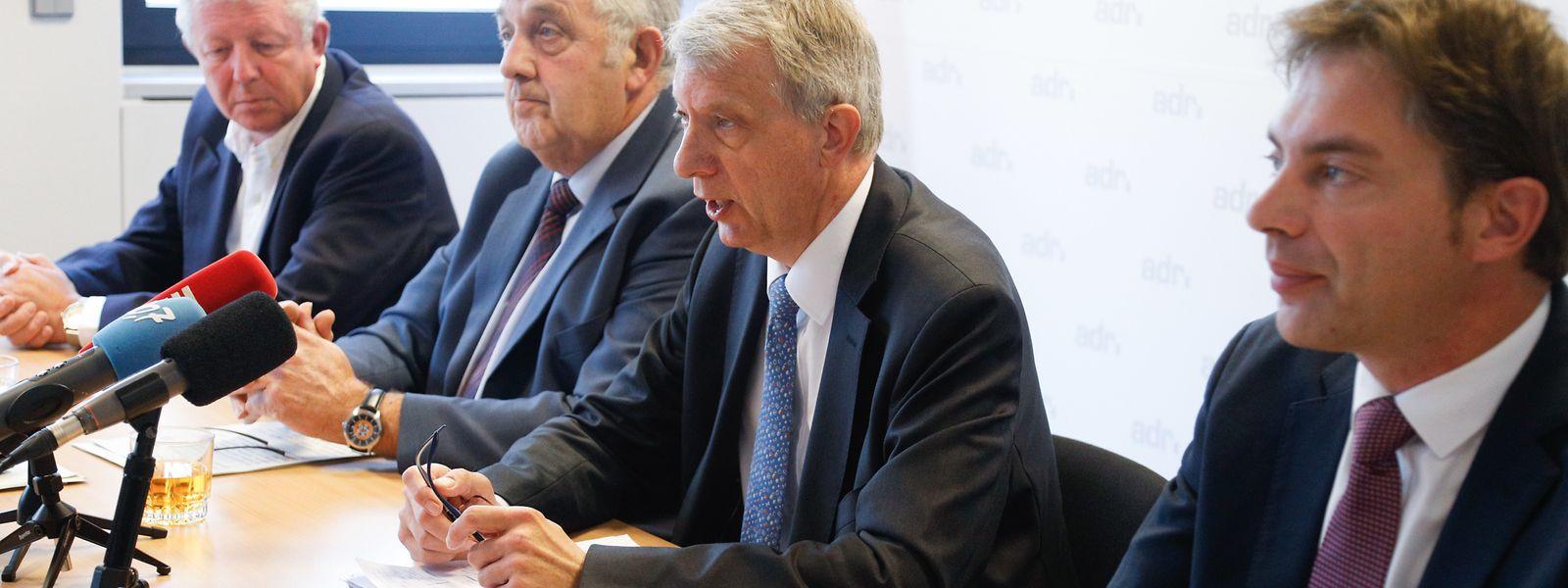 Roy Reding, Jeff Engelen, Fernand Kartheiser und Fred Keup üben nach der Journée parlementaire der ADR Kritik an der Regierung.
