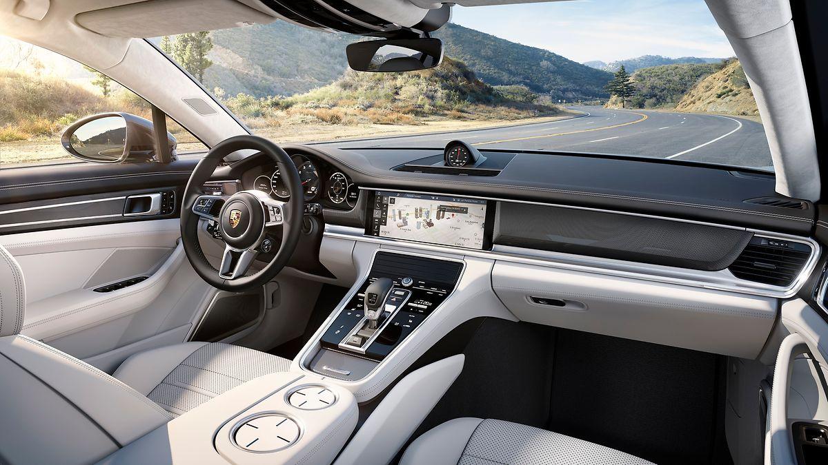 Im Porsche Advanced Cockpit dominieren berührungssensitive Panels und individuell konfigurierbare Displays.