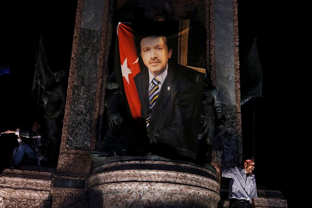Ein Erdogan-Anhänger mit einem Banner des Präsidenten.