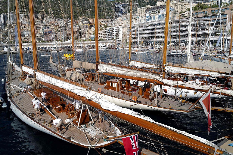 Monaco. Historische Yachten bei der 14. Monaco Classic Week, die sich seit ihrer Einführung im Jahr 1994 zu einer der exklusivsten Veranstaltungen der klassischen Yachtszene im Mittelmeer entwickelt hat.