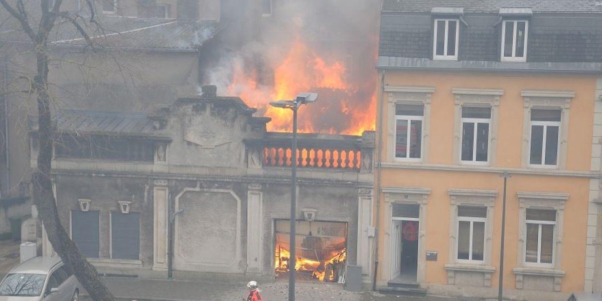 Beim Eintreffen der Feuerwehr schlugen die Flammen aus dem Dach.