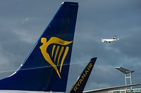 ARCHIV - 02.11.2016, Hessen, Frankfurt am Main: Eine Heckflosse (l) und ein Winglet mit dem Ryanair-Logo  auf den Flughafen. (zu dpa «Druckabfall im Ferienflieger - 33 Passagiere in Klinik» vom 14.07.2018) Foto: Andreas Arnold/dpa +++ dpa-Bildfunk +++