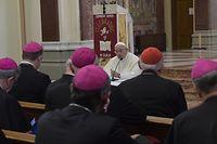 Papst Franziskus bei einem Treffen mit irischen Bischöfen am Ende seiner Irland-Reise.