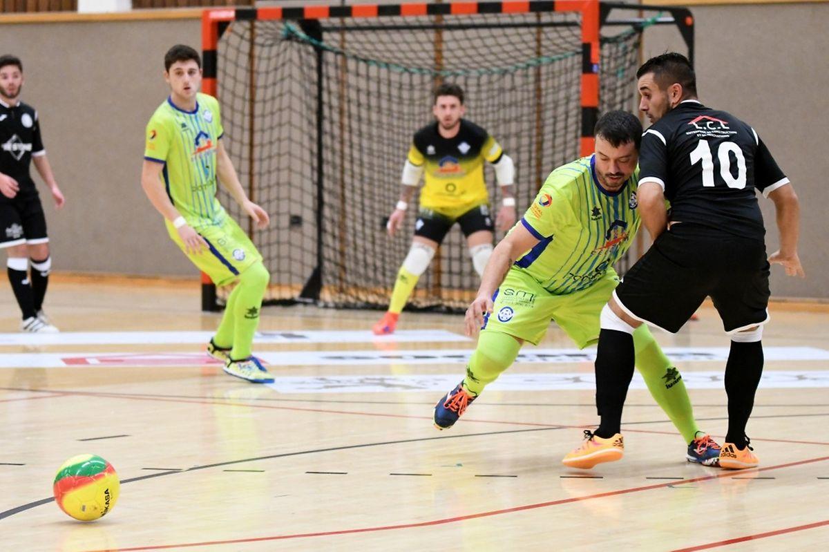 Carlos Rodrigues (en jaune-vert) et l'US Esch, ont pris le dessus sur Miguel da Silva (FC Nordstad, en noir)
