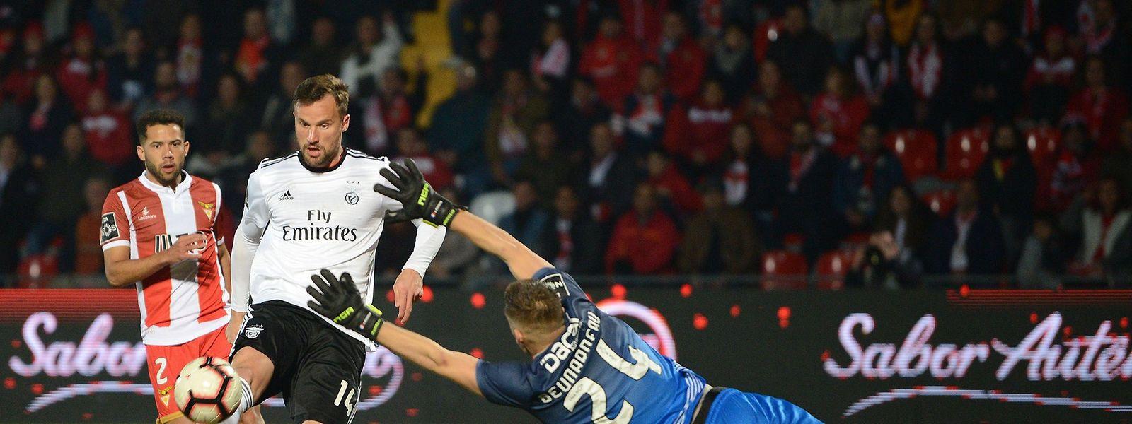 Haris Seferovic, de branco, inaugurou o marcador na Vila das Aves para o Benfica.