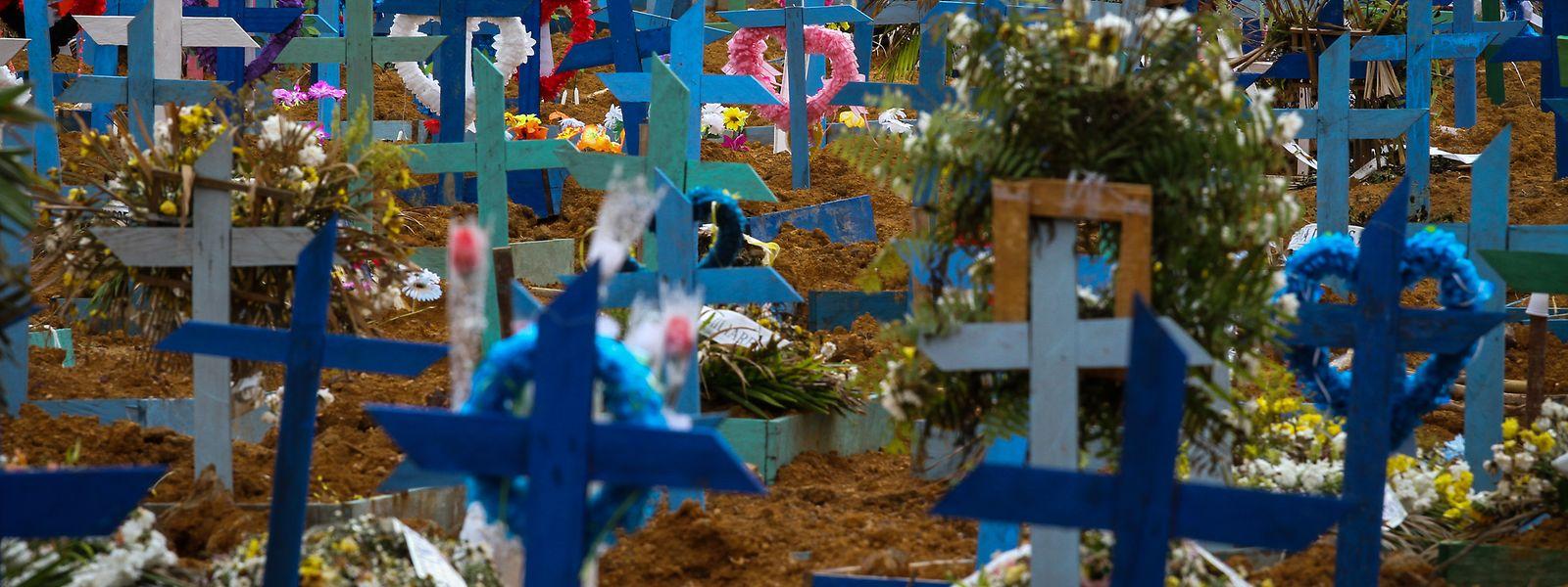 Holzkreuze auf den Gräbern des Friedhofs Nossa Senhora Aparecida in Manaus in Brasilien.