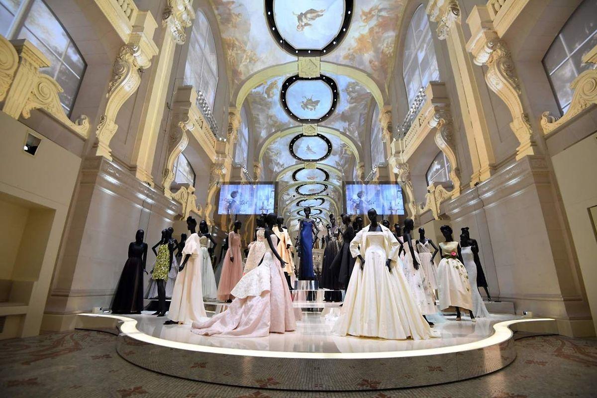 und nutzt die spektakulären Räume des Palais als effektvolle Kulisse.
