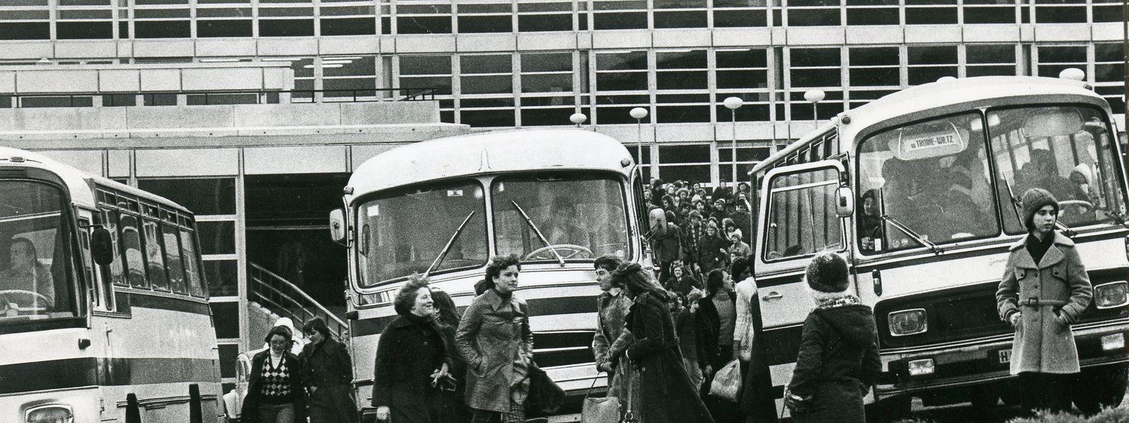 Am 3. Januar 1977 strömen die Jugendlichen am Ende des Schultags zu den bereitstehenden Bussen.