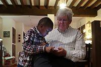 """Gérard Louis qui a accueilli le petit Gallo chez lui, raconte: «Le premier mot qu'il a prononcé en regardant un livre pour enfant, c'était """"lapin"""". Le deuxième mot, c'était """"tablette""""»."""