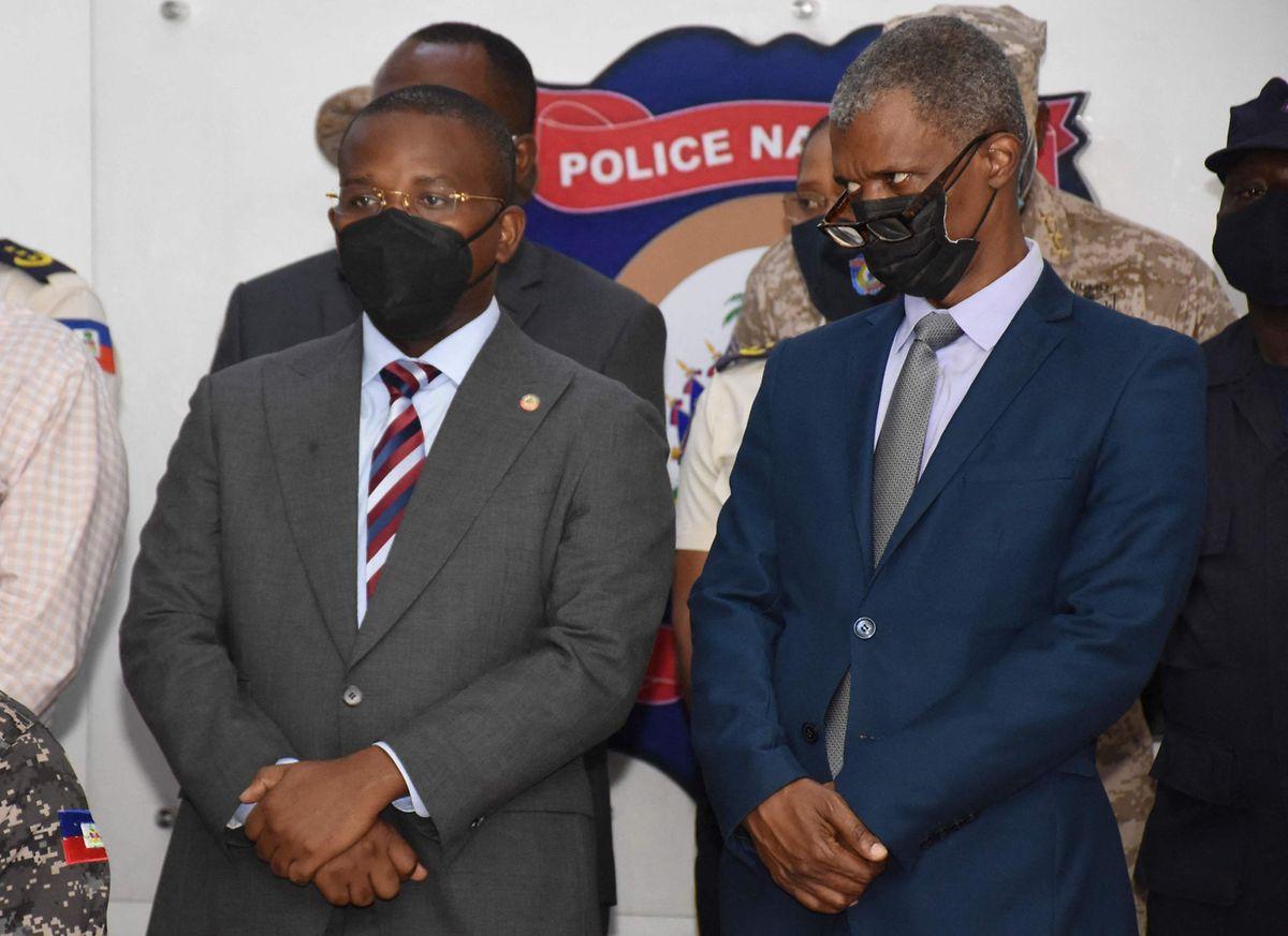 Premierminister Claude Joseph (L) und Mathias Pierre, der mit den Wahlen beauftragte Minister, bei einer Pressekonferenz in der die Verdächtigen der Öffentlichkeit vorgestellt werden.