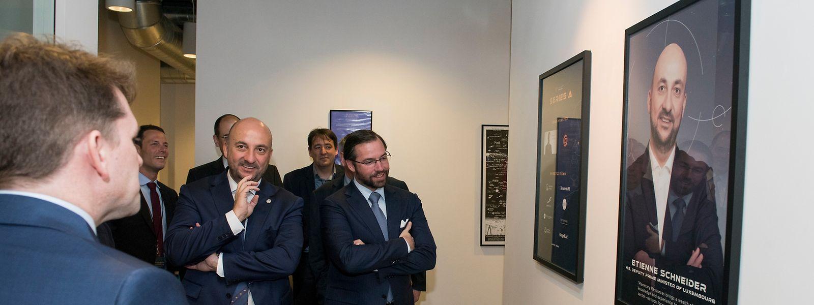 """En compagnie du Grand-Duc Héritier, le ministre de l'Economie découvre son portrait, dans le """"hall of fame"""" de Planetary Resources"""