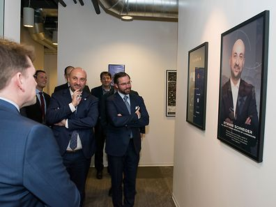 (de g. à dr.) Chris Lewicki, président et CEO de Planetary Resources(de dos) ; Étienne Schneider, Vice-Premier ministre, ministre de l'Économie; S.A.R. le Grand-Duc héritier