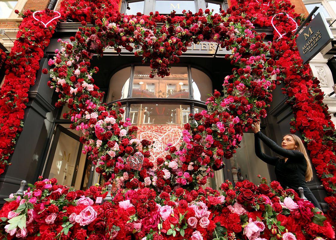 """London: Eine Galerieassistentin richtet eine Blumeninstallation vor der Maddox Gallery. In der Maddox Galerie findet die Ausstellung """"Love and Other Crimes"""" statt."""