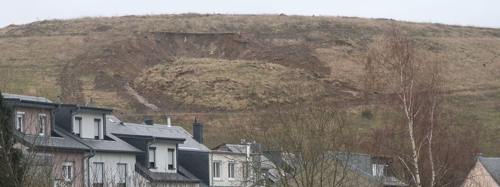 Dort, wo der Böschungsrutsch am 6. Januar stattgefunden hat, ist mittlerweile weiteres Material nachgerutscht.