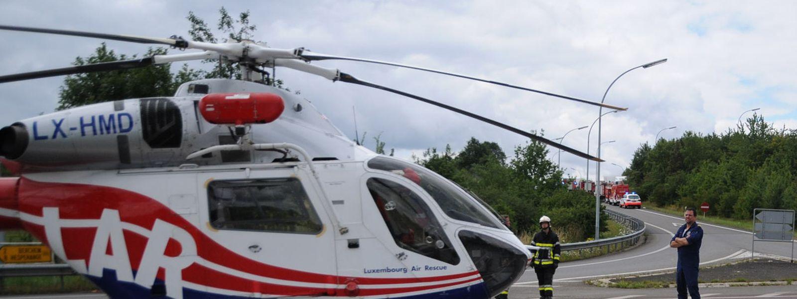 Ein Rettungshubschrauber ist vor Ort im Einsatz.