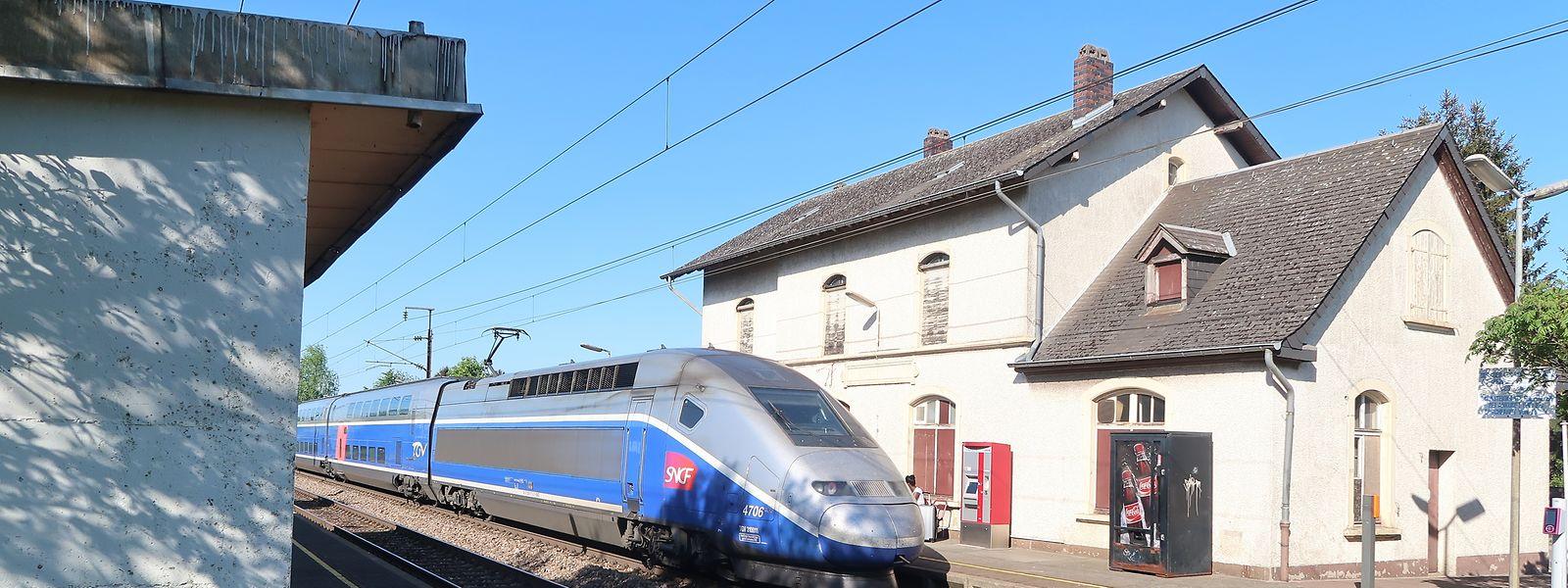 Von Weitem betrachtet sieht das aktuelle Bahnhofsgebäude beschaulich aus.