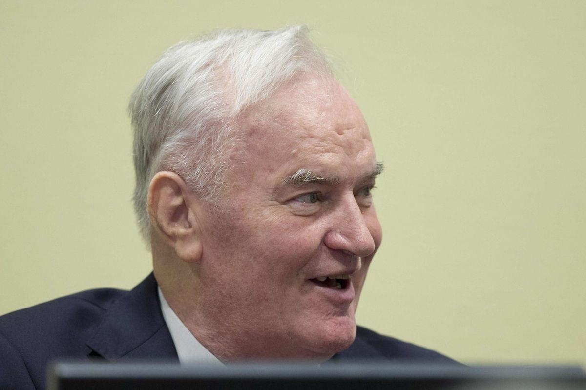 Ratko Mladic a été inculpé le 25 juillet 1995, quelques jours après le massacre de près de 8.000 hommes et garçons musulmans à Srebrenica