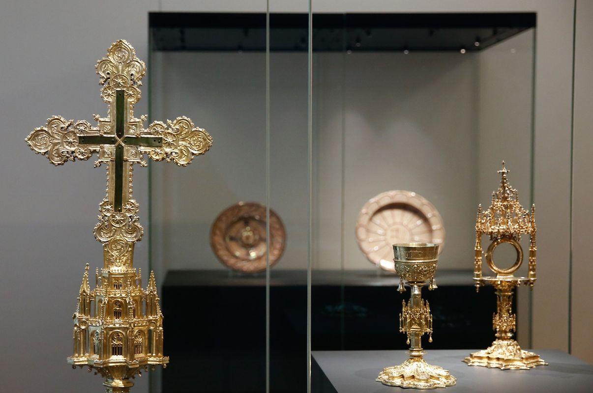 Jóias, peças de prata e da ourivesaria doméstica e religiosa estão igualmente presentes