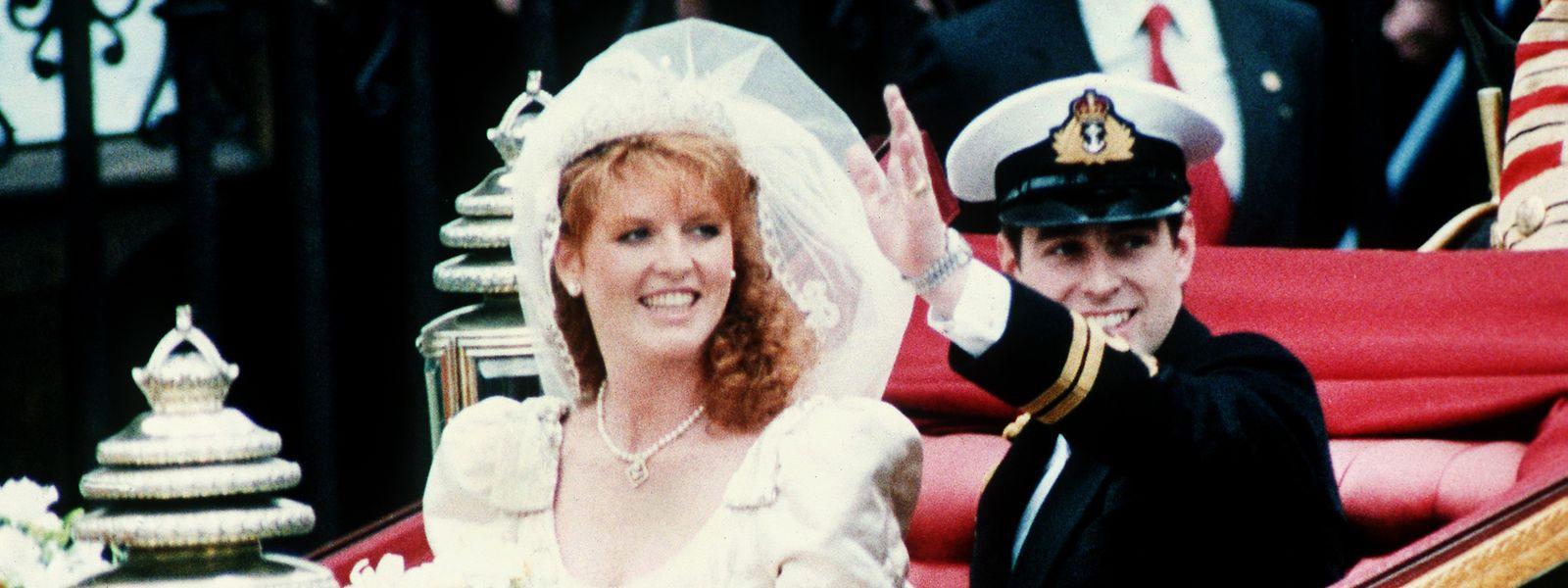 1986: Prinz Andrew und die bürgerliche Sarah Ferguson fahren nach der Trauung in einer offenen Kutsche zum Buckingham-Palast.
