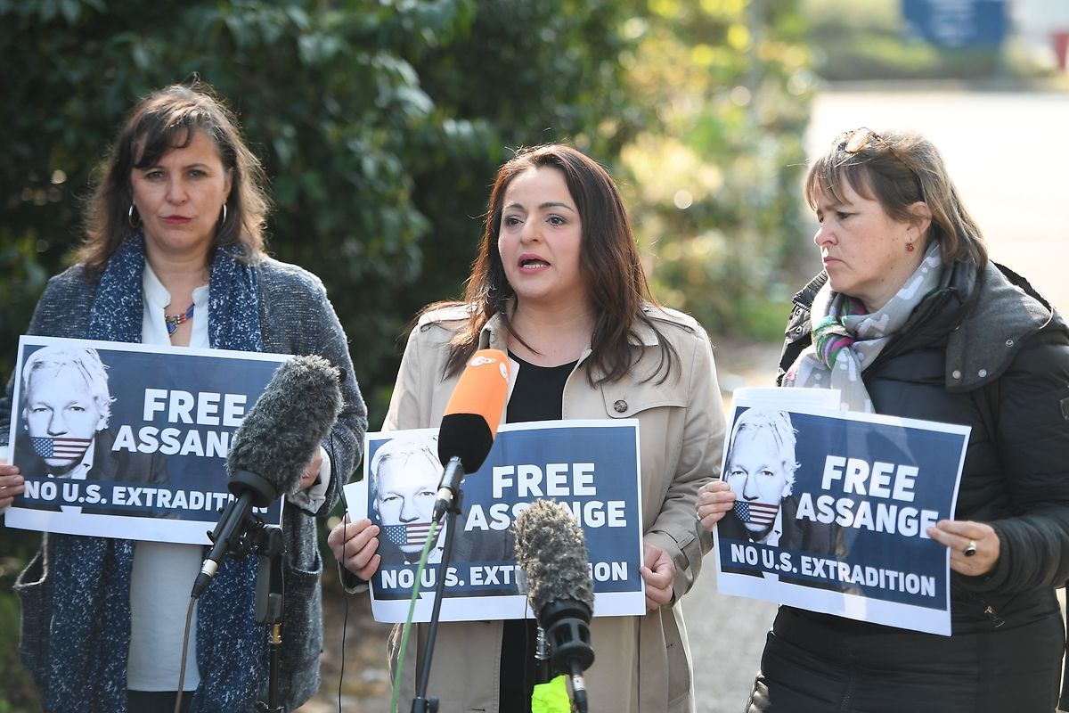 Die Politikerinnen Heike Hansel, Sevim Dagdelen und Ana Miranda Paz (v.r.n.l.) fordern vor dem Belmarsh Prison in London die Freilassung von Julian Assange.