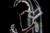 """Wenn die LED-Lämpchen mit Wasser in Kontakt kommen, entstehen Bilder, Schriftzüge und Figuren: Beim """"Waterlight Graffiti"""" dürfen Besucher selbst zum Pinsel greifen."""