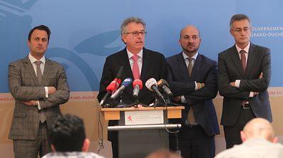 Premier und Vizepremier, Finanz- und Justizminister traten zur gemeinsamen Pressekonferenz an, nachdem die Regierung am Freitagmorgen zunächst keine Stellungnahme abgeben wollte.