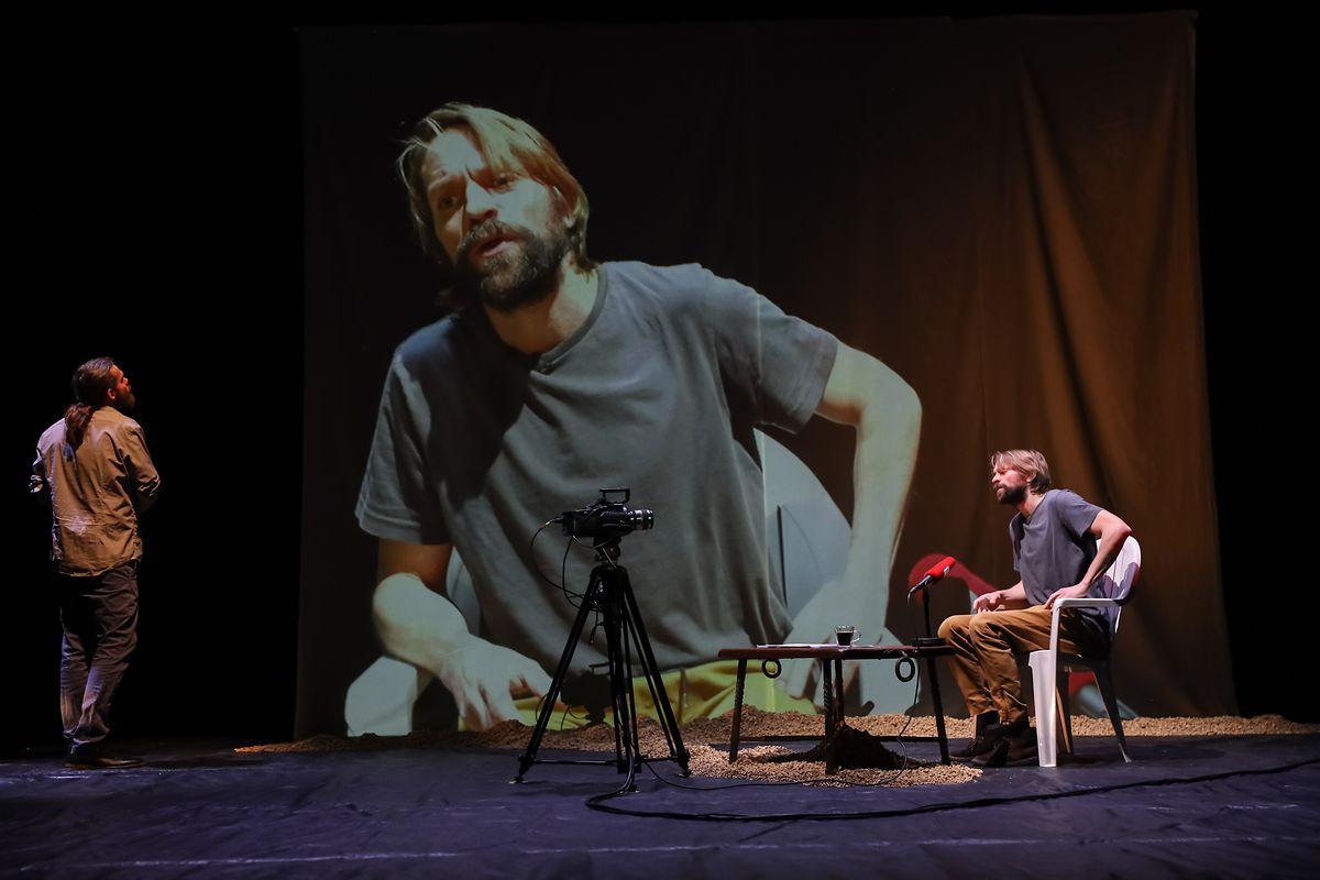 """Pitt Simon und Luc Schiltz in """"Terres arides"""", ein Stück über die Reise eines Journalisten nach Syrien."""