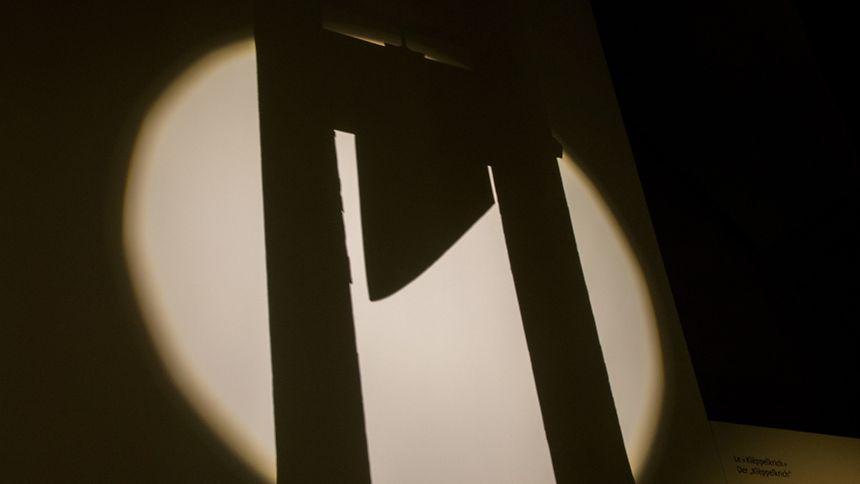 Dramatische Inszenierung: Ein Lichtstrahl genügt und schon werden Bilder des Grauens im Geiste des Besuchers geweckt.