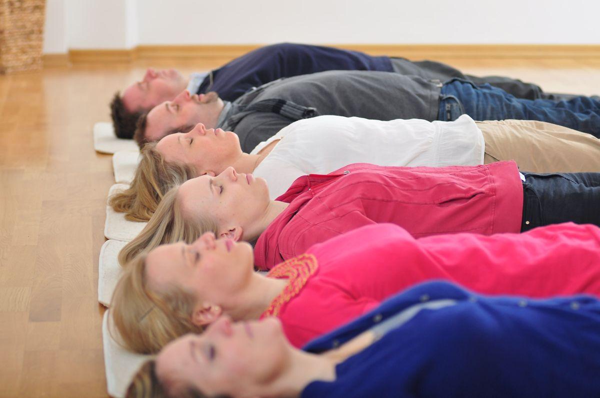 Beim Body Scan soll man den eigenen Körper von oben bis unten erspüren. Man trainiert dabei unter anderem, die Aufmerksamkeit zu lenken.