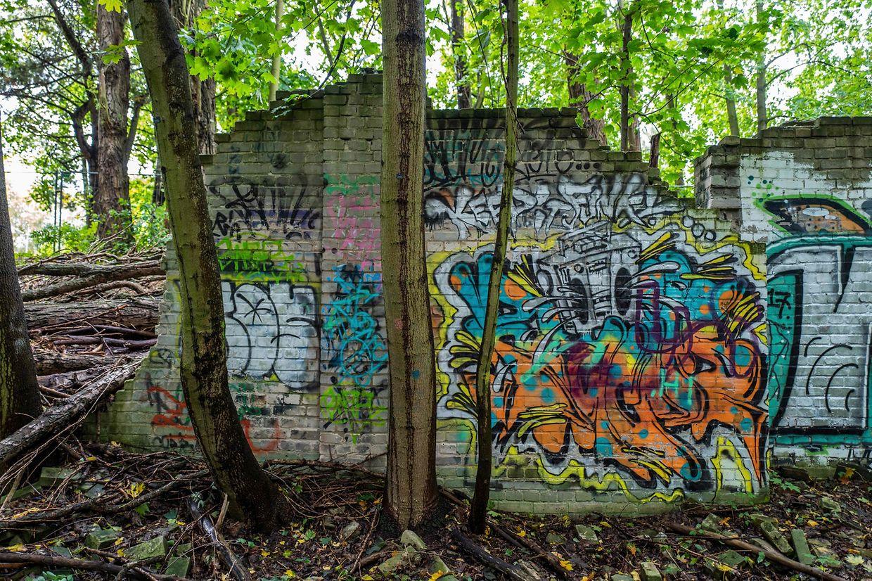 Berlin. Ein mit Graffiti bemaltes Originalstück der Berliner Mauer, das 1961 weeichtet wurde und einst Berlin Pankow von Reinickendorf trennte.
