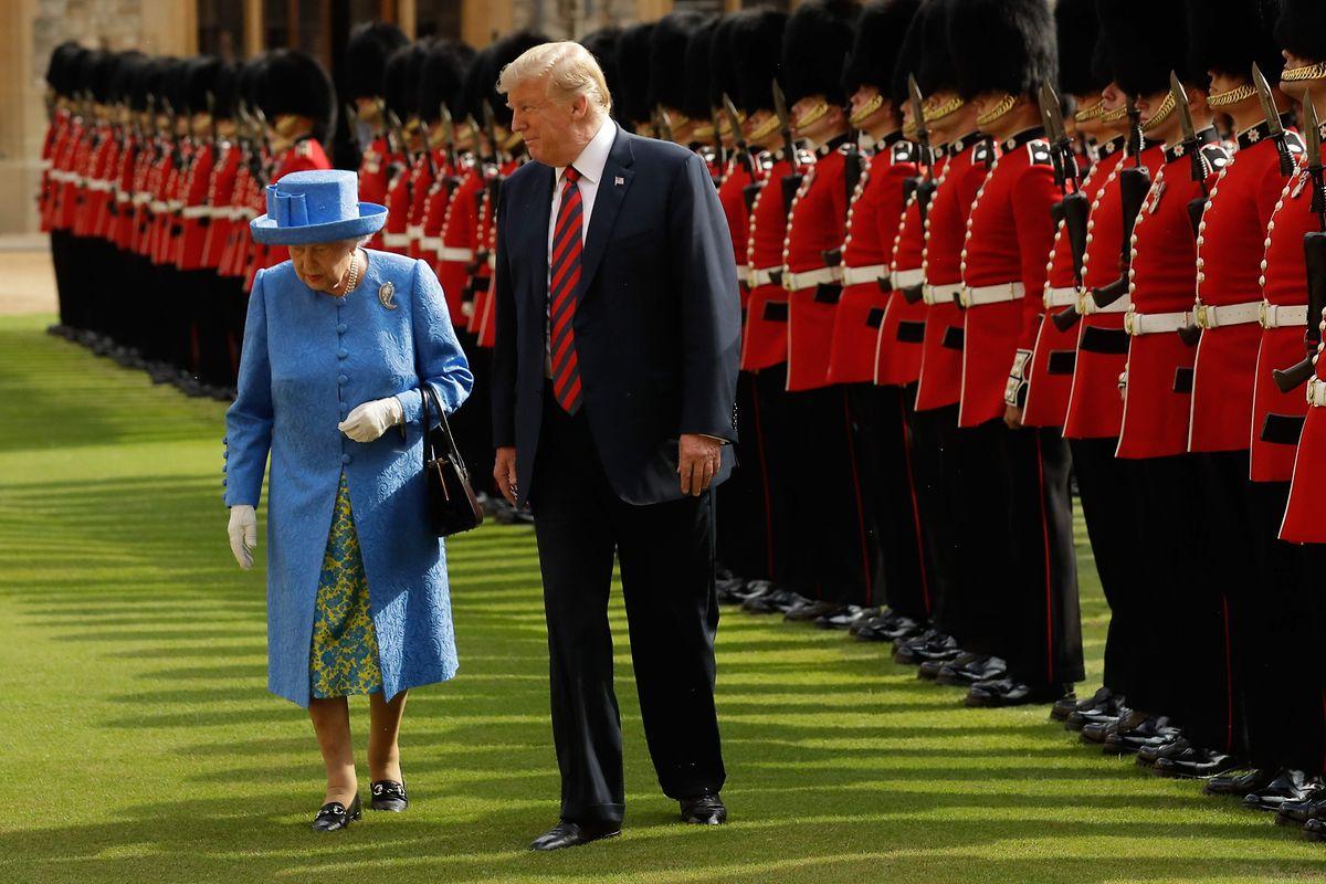 Bei seiem Besuch in Windsor Castle brach Präsident Trump königliches Protokoll in dem er vor der Königin ging.