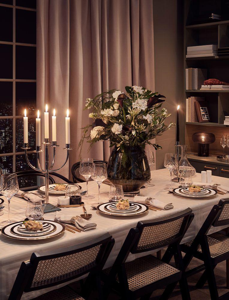 Neben den Klassikern darf man 2020 auch modern dekorieren. H&M Home setzt die Farben Schwarz und Weiß in Szene.