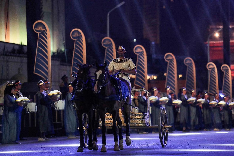 22 múmias de Faraós desfilaram este sábado no Cairo, sob fortes medidas de segurança e um aparato cerimonioso digno do Antigo Egipto.