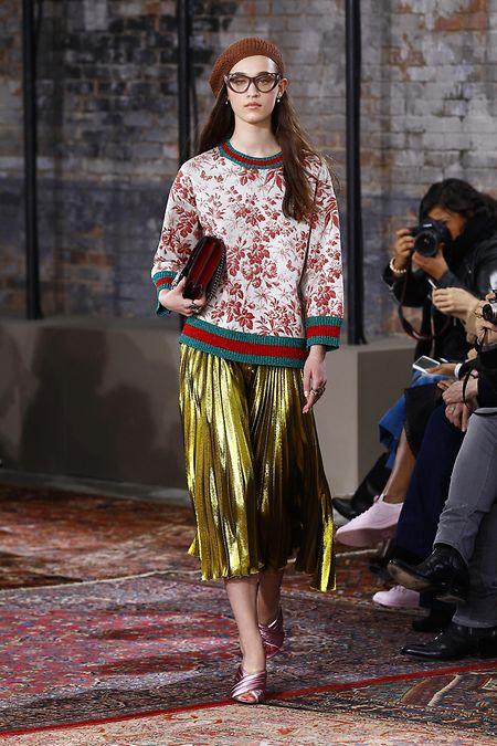 Metallic trifft auf Florales: Cruise– Collection-Look von Gucci.