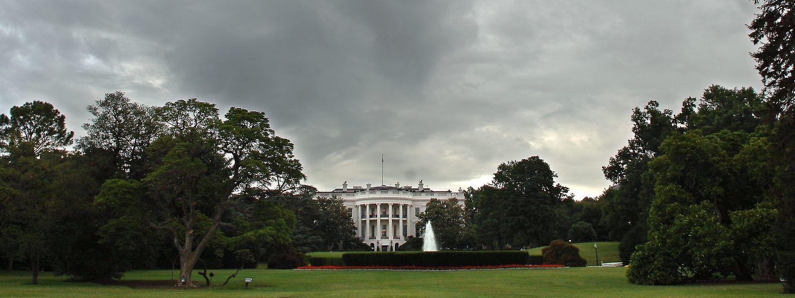 Dunkle Wolken über dem Weißen Haus: Einen Tag nachdem Auszüge aus Bob Woodwards neuem Buch ein wenig schmeichelhaftes Bild der Vorgänge in Donald Trumps Regierungssitz zeichnen, meldet sich jetzt ein anonymer Regierungsmitarbeiter zu Wort.