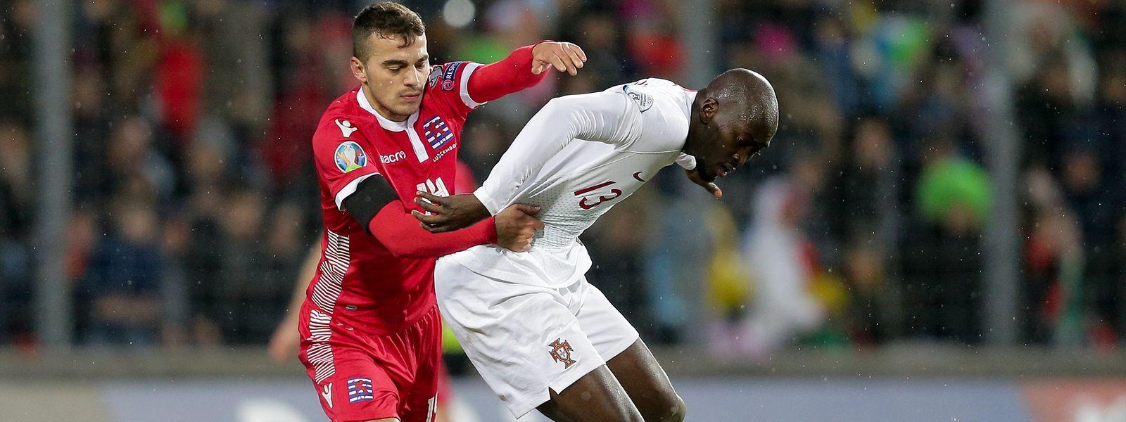 Danel Sinani, à la lutte avec le Portugais Danilo, pourrait retrouver le stade GSP de Nicosie où il avait inscrit un doublé en septembre dernier avec le F91.