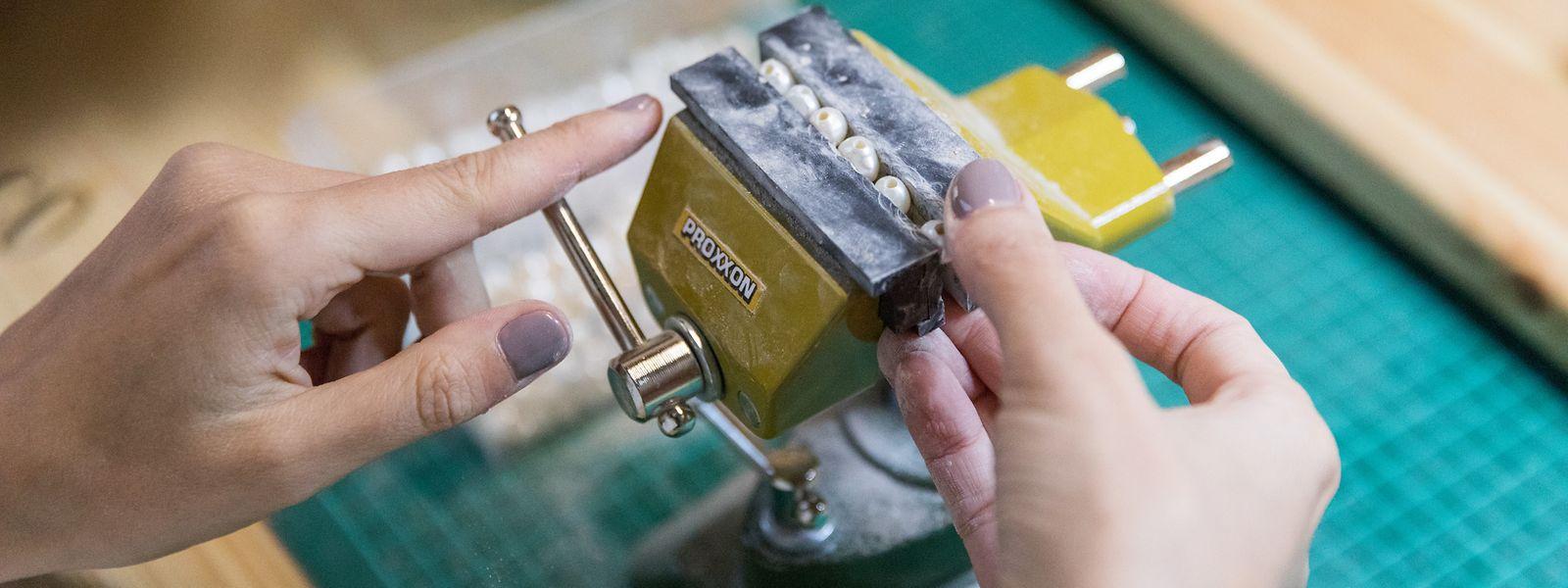 Fanny Bervard stellt ihren Schmuck zu Hause in ihrer kleinen Werkstatt her.