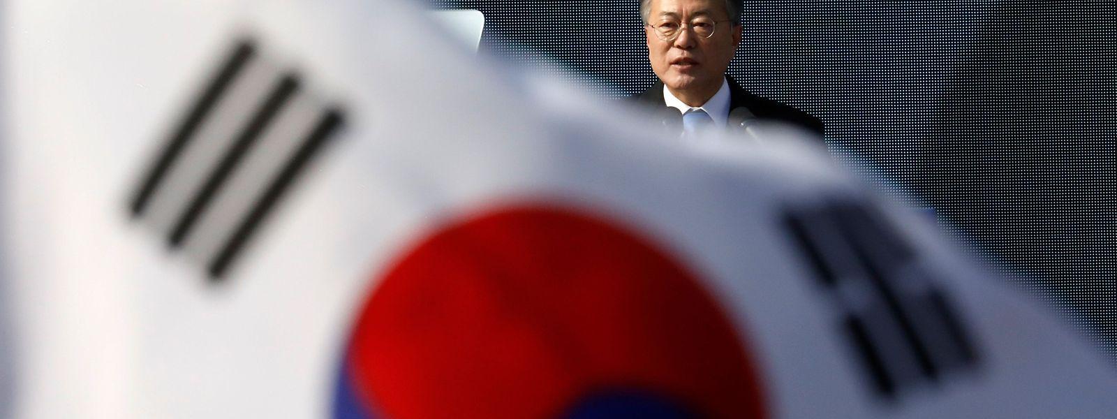 Mit der Entsendung der speziellen Emissäre erwidert er den Besuch der Schwester von Kim Jong Un, Kim Yo Jong, im Februar. Die einflussreiche Schwester hatte als Sondergesandte ihres Bruders am Rande der Olympischen Winterspiele in Pyeongchang eine Einladung an Moon nach Pjöngjang übermittelt.
