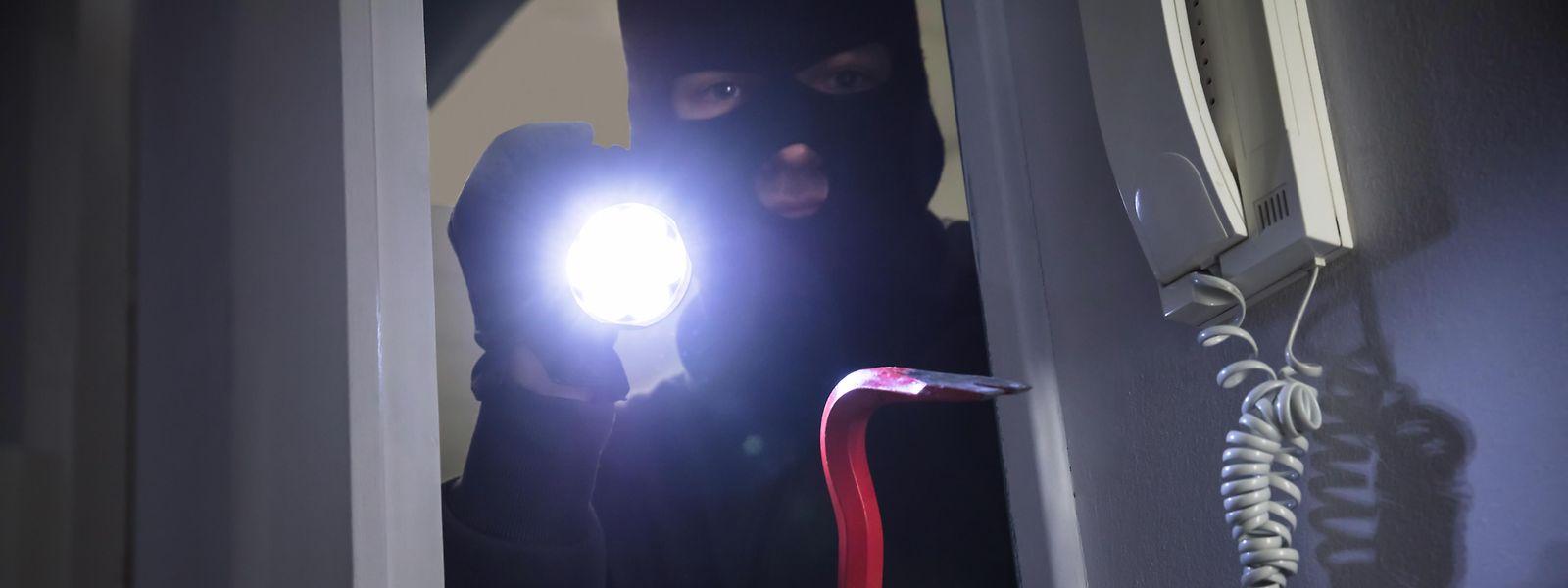 Den Angeklagten werden zwei beziehungsweise drei Homejackings und vier Einbrüche vorgeworfen.