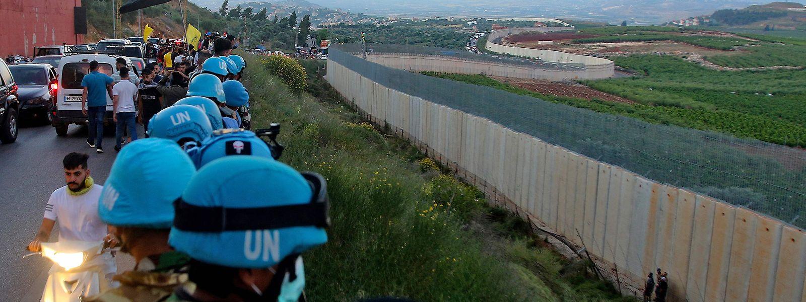 Mit Unterstützung von UN-Blauhelmsoldaten versucht die libanesische Armee, ihre Grenze zu Israel vor dem Ansturm wütender, pro-palästinensischer Demonstranten zu schützen.