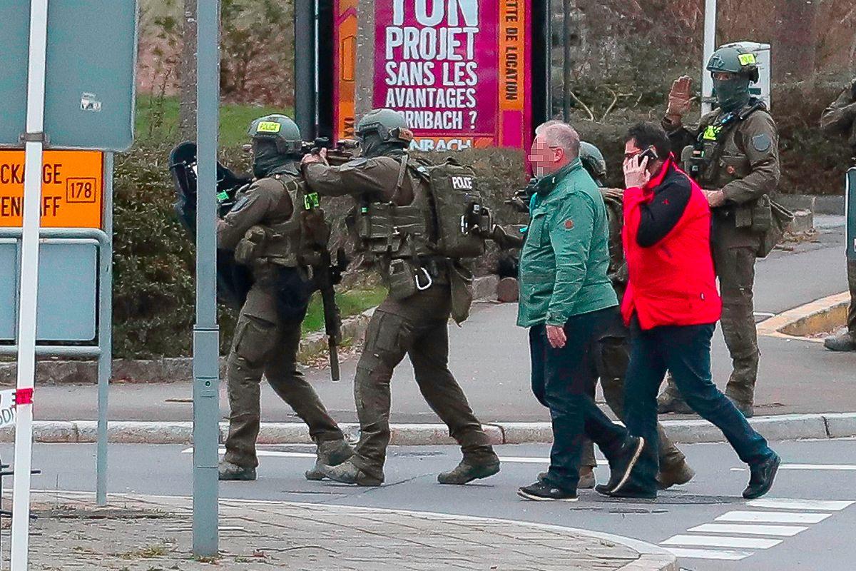 Spezialeinheiten der Polizei näherten sich gemeinsam mit Vermittlern der Wohnung des verschanzten Mannes.