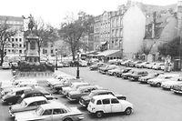 """1960er Jahre: Nur gelegentlich besetzte Flächen werden von den Autofahrern """"spontan"""" als Parkplatz benutzt. """"Unter"""" die Erde drängt sich das Automobil erst in den 1970er Jahren."""