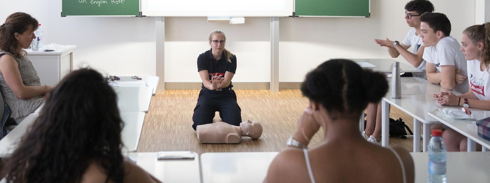 Joanne Marcus, Erste-Hilfe Instruktorin, erklärt Schülern aus dem Lënster Lycée die verschiedenen Wiederbelebungstechniken.