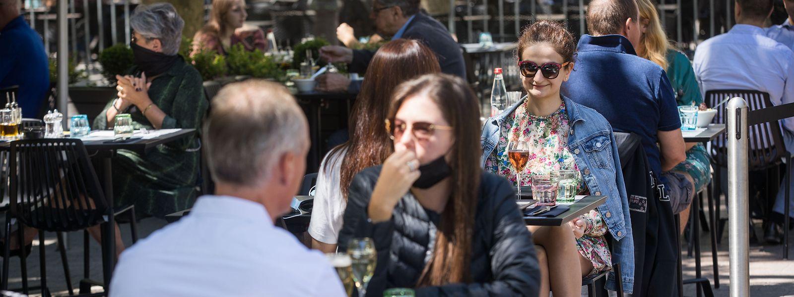 Pour tenter de juguler la hausse du nombre de nouvelles infections, une nouvelle loi covid prévoit de sanctionner les clients de bar qui seraient debout un verre à la main.