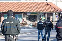 21.3. Niederanven / Bancomat und Postfiliale gesprengt / Polizei und Spurensicherung / Foto:Guy Jallay