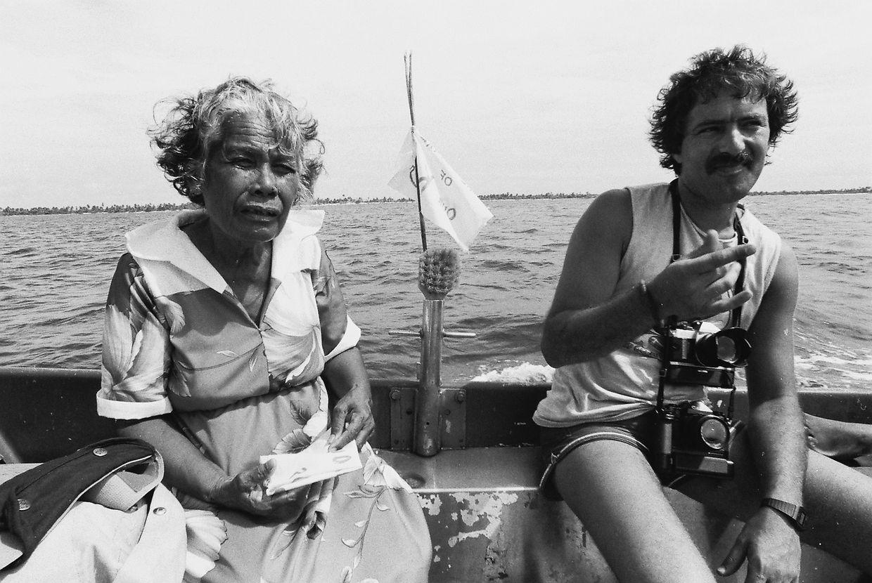 Fernando Pereira e uma residente em Rongelap, ilha do arquipélago da Micronésia. O barco Rainbow Warrior ajudou na evacuação dos residentes de Rongelap, após a chuva nuclear em 1954, que tornou o  lugar prejudicial à vida humana.