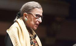 ARCHIV - 05.02.2015, USA, Ann Arbor: Ruth Bader Ginsburg, Richterin am Obersten Gericht der USA, bei einer Veranstaltung im Hill Auditorium auf dem Campus der University of Michigan. Die amerikanische Justiz-Ikone ist im Alter von 87 Jahren gestorben. (zu dpa: «US-Richterin Ruth Bader Ginsburg gestorben») Foto: Mark Bialek/ZUMA Wire/dpa +++ dpa-Bildfunk +++