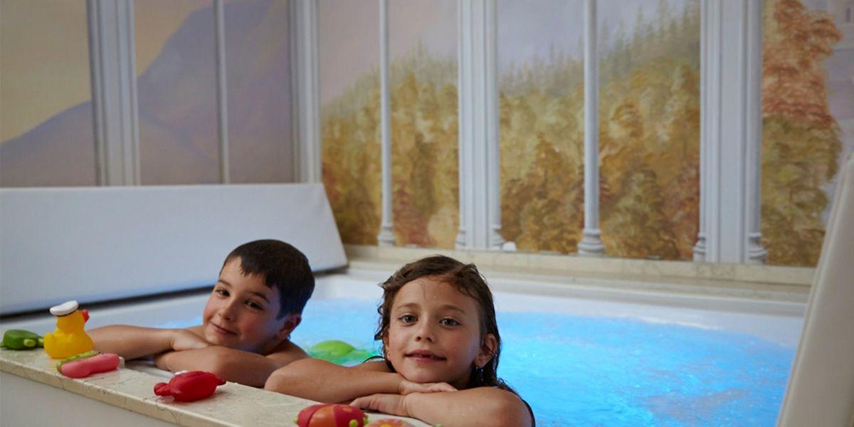 Ohne Spaß - zum Beispiel durch Spielen im Brausebad - macht das Wellness-Wochenende für Kinder wenig Sinn.