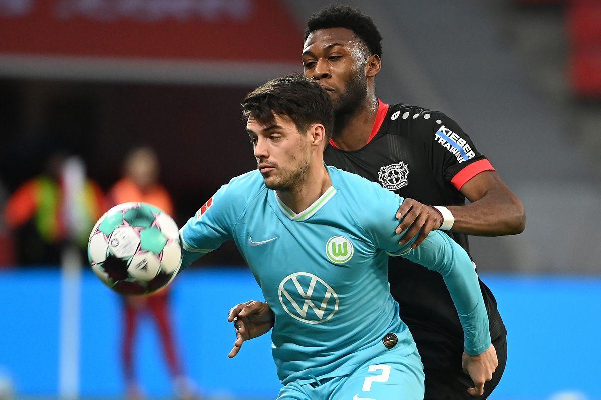 Josip Brekalo (vorne) setzt sich mit Wolfsburg gegen Leverkusen um Timothy Fosu-Mensah durch.