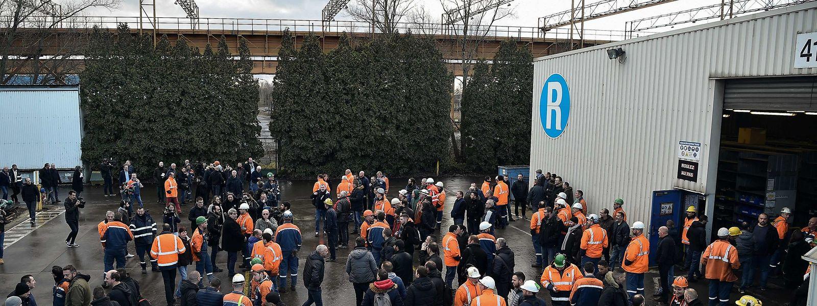 Les salariés d'ArcelorMittal devant le site d'Ascoval à Saint-Saulve, près de Valenciennes.